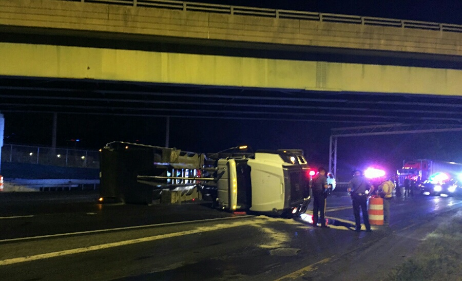 Dump truck overturned on southbound Interstate 95. (Photo: Delaware Free News)