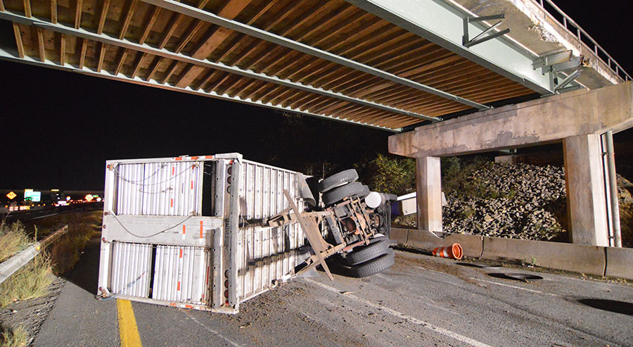 Tractor-trailer overturned on Interstate 295 ramp beneath Route 141. (Photo: Delaware Free News)